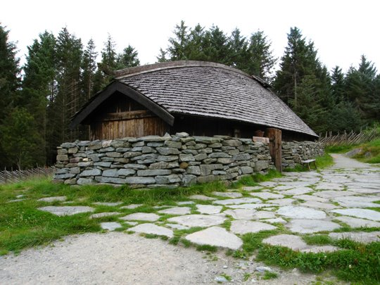 Replica Viking Age longhouse at Avaldsnes. Image source: www.turn23.blogspot.ca