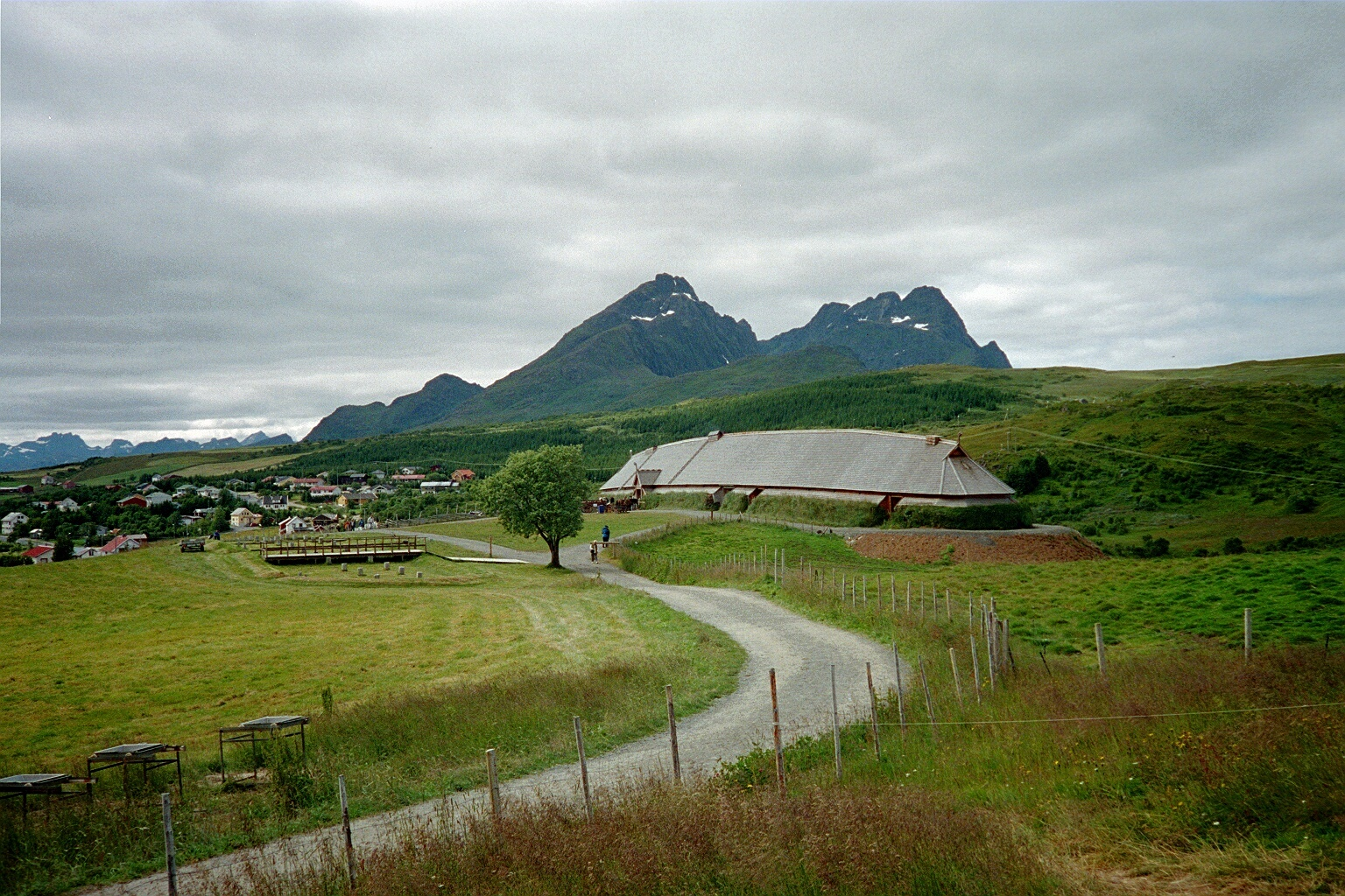 The reconstructed Norse longhouse at Borg, in Lofoten Islands, which belongs to the Lofotr Viking Museum. Image source: www.wikimedia.commons.org